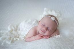 Lachje pasgeboren baby Newborn shoot Roosendaal